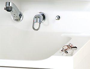 使い易くて便利!洗面ボウル横の仮置きスペース