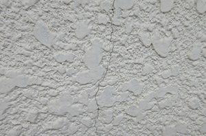 【外壁劣化のパターンその2】外壁部分のクラック(ひびわれ)がいくつもある
