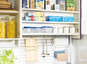 頻繁に使う物は吊戸棚のアイレベルラックで簡単に出し入れ可能