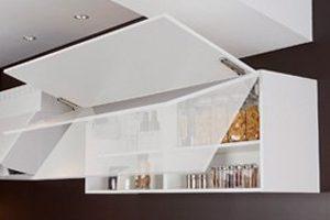 跳ね上げタイプの吊戸棚は画期的な便利さ。扉は使い勝手のよい角度で。